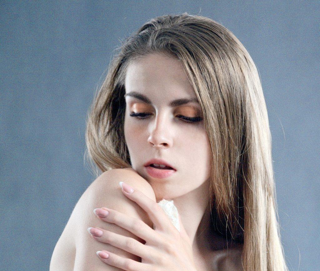 une femme surveillant sa peau