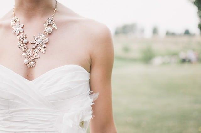 une demoiselle d'honneur à un mariage