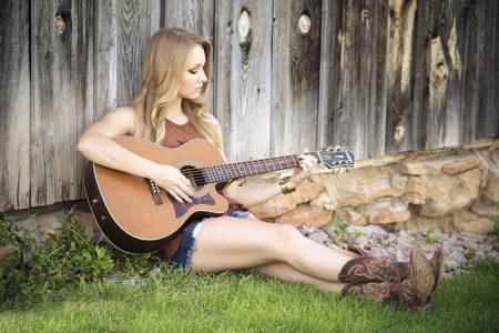 une femme faisant de la guitare chant