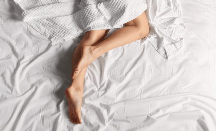 femme se masturbant dans son lit