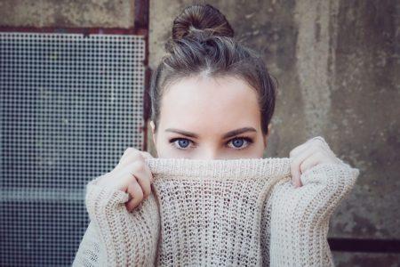une femme avec un beau pull
