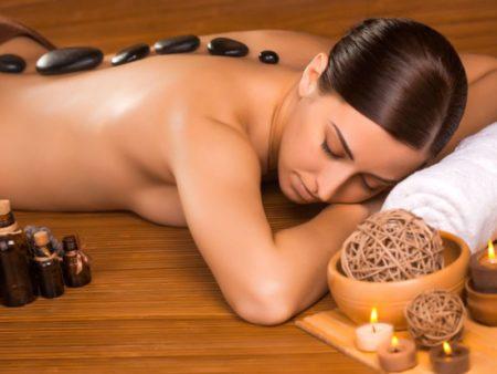un massage sur le dos d'une femme