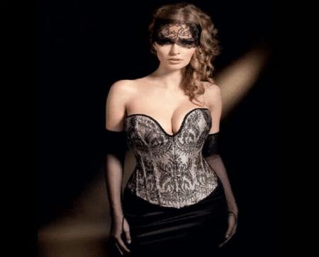 une femme avec un corset