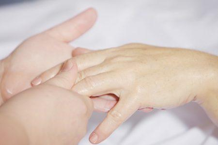un massage des mains réalisé sur une femme