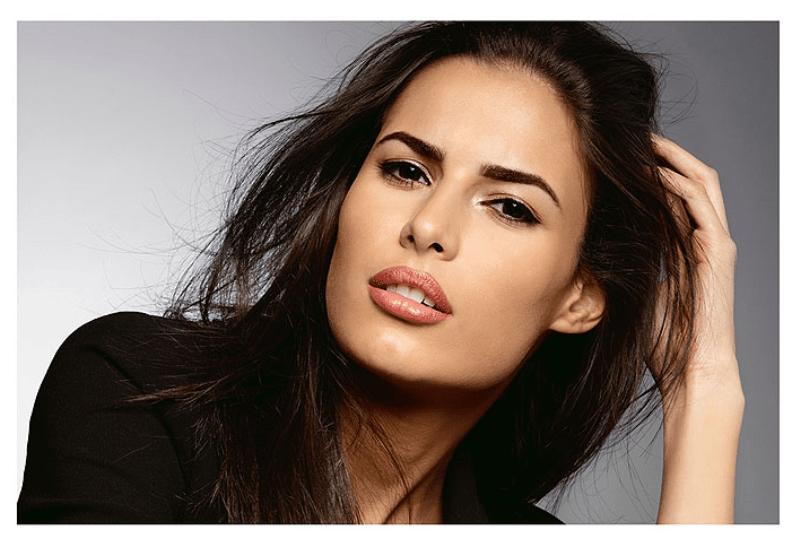 une femme avec un maquillage permanent