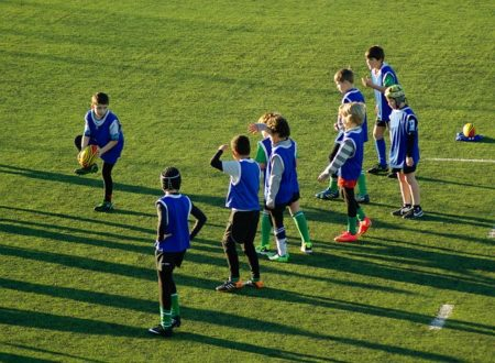 de jeunes enfants jouant au rugby