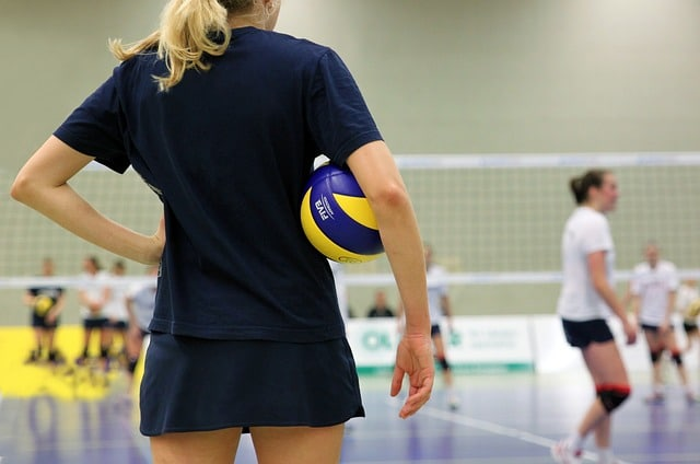 une femme qui fait du volley