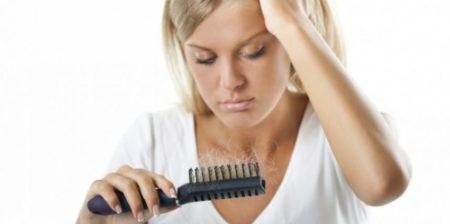 femme perdant des cheveux
