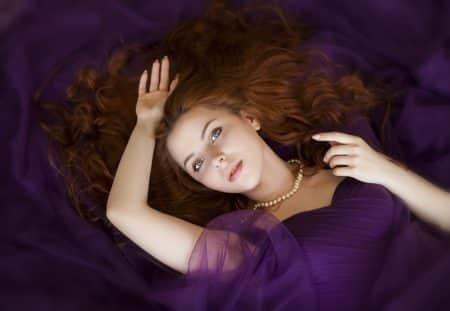 une femme allongée sur son lit