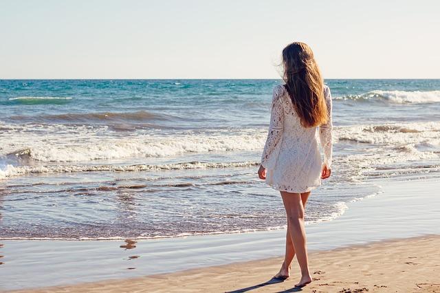 femme avec une robe proche de la mer