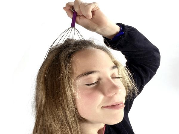 femme avec masseur de tête