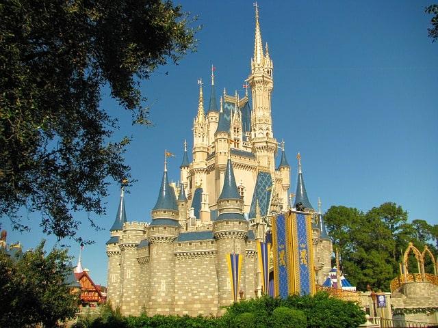 un chateau disney dans le parc