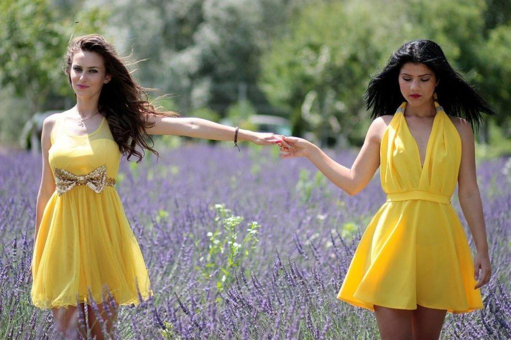 deux femmes en robe jaune