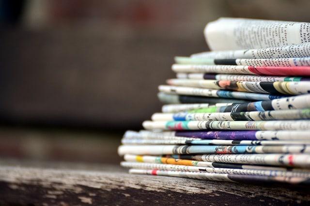 piles de journaux anciens
