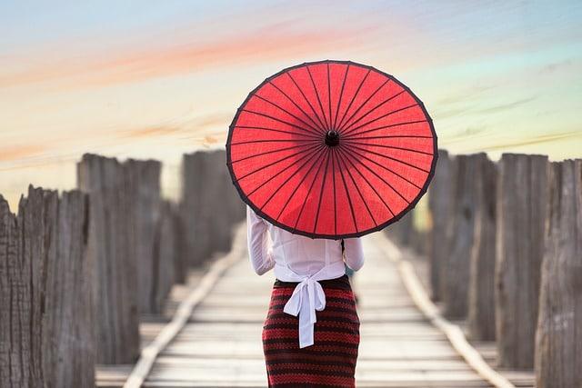 femme avec un parapluie asiatique