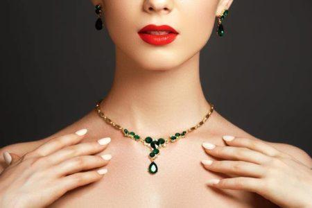 un collier avec pendentif