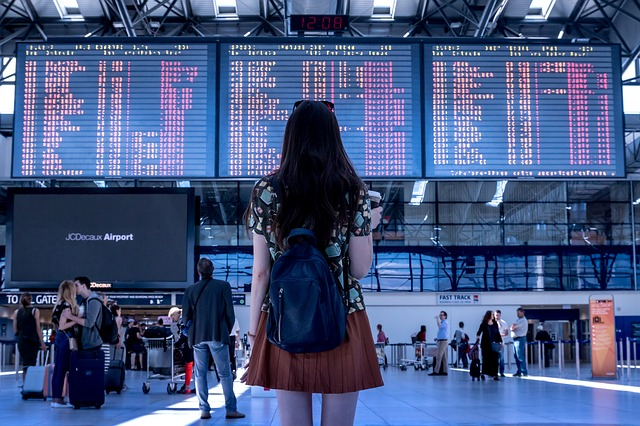 femme dans l'aéroport