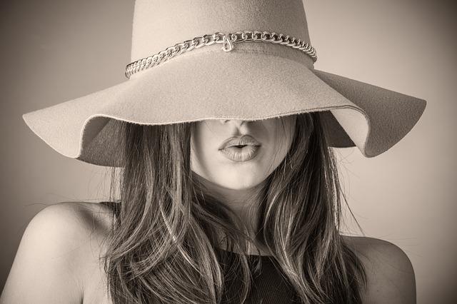 cheveux bruns avec un chapeau