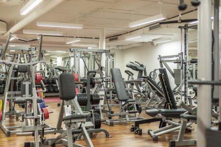 une salle de fitness
