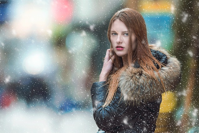femme en manteau sous la neige