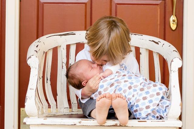 un enfant avec un bébé