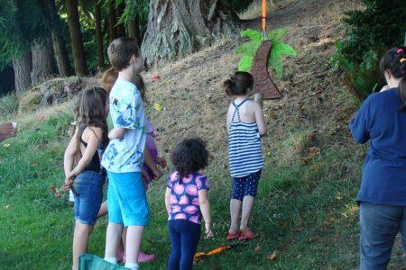 des enfants jouant sur une pinata