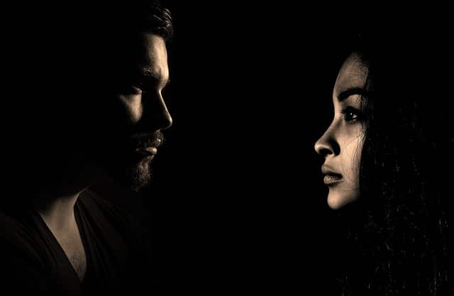 homme et femme qui se fuient