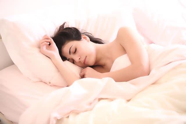 femme qui dort sur le lit