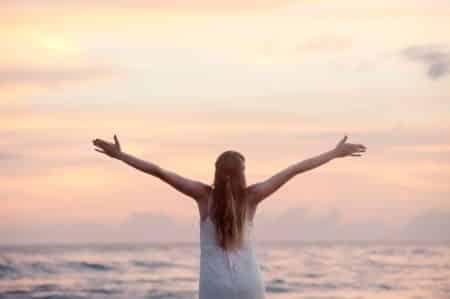 femme libérée sur la plage
