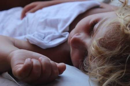 bébé qui dort sur un lit