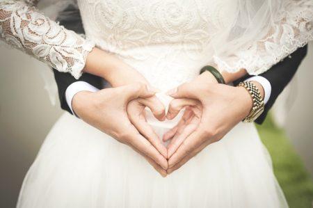 un jeune couple marié
