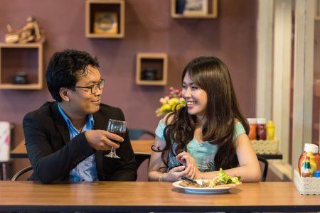 homme et femme qui discutent