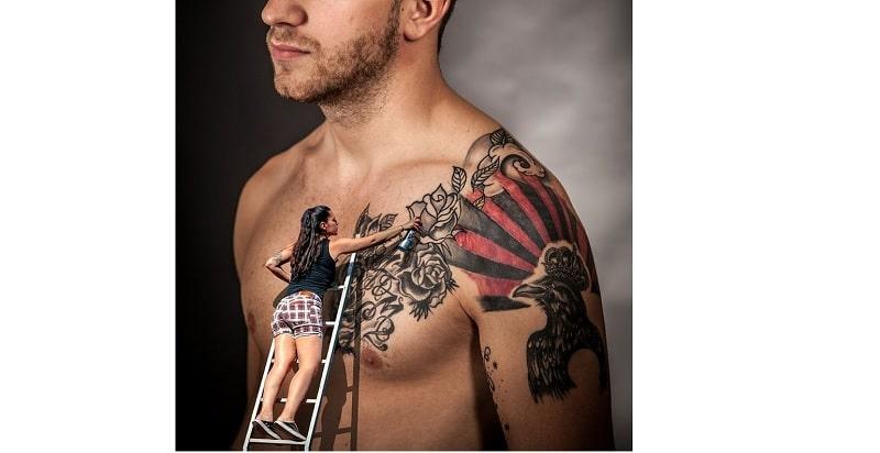tatouage d'homme sur le torse et épaule