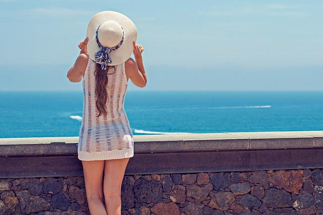 femme avec un chapeau d'été