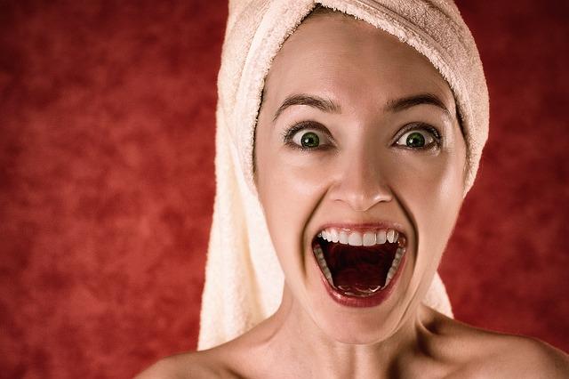 femme avec les dents blanches