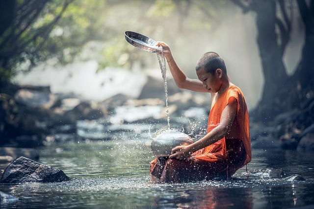 bouddhiste au bord d'un ruisseau