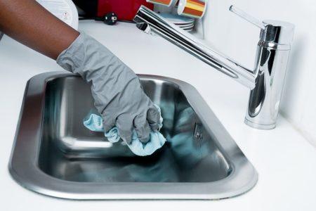 femme qui fait le ménage