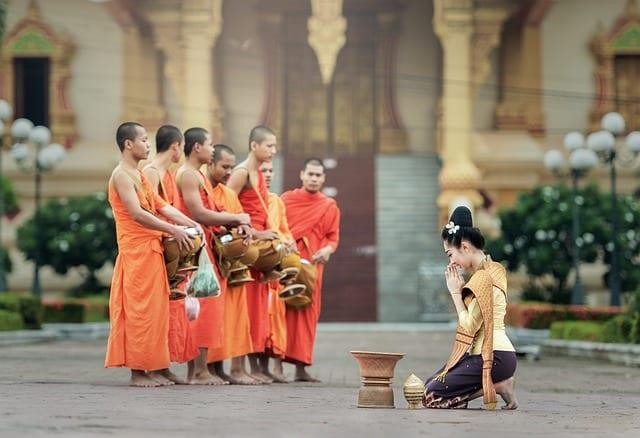 femme devant bouddhistes