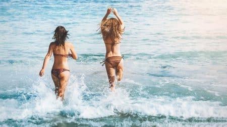 deux femmes en maillot de bain
