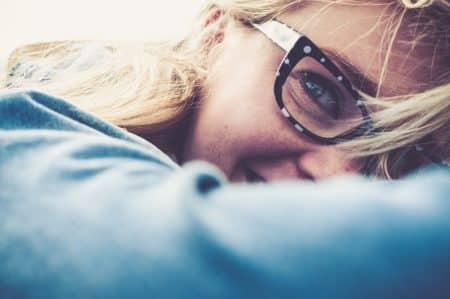 femme avec des lunettes achetées en ligne