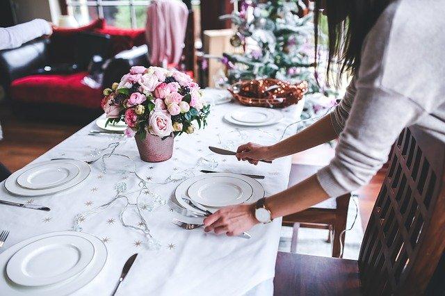 fleurs sur une table de noël