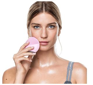 femme avec brosse nettoyante