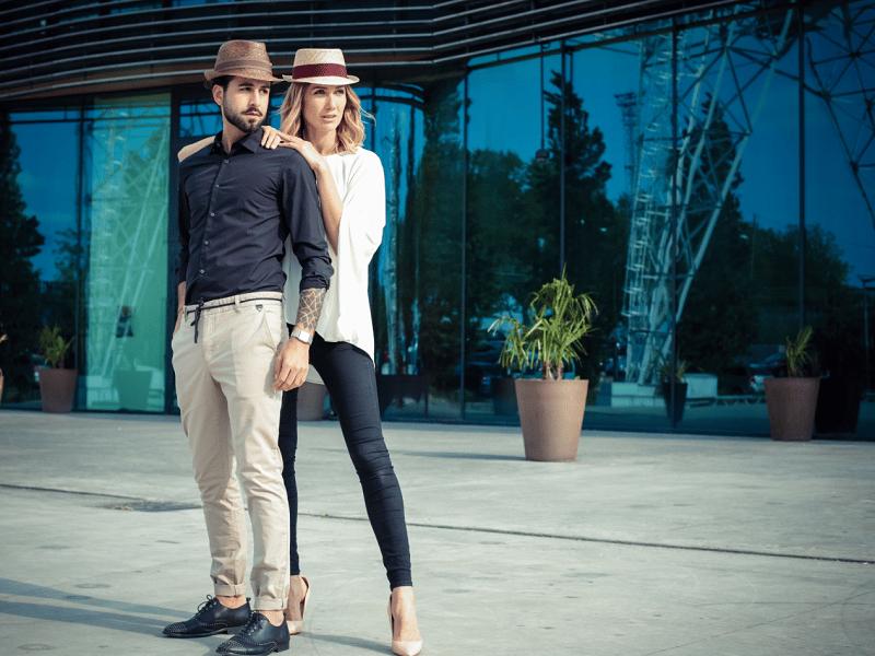 couple avec un chapeau panama