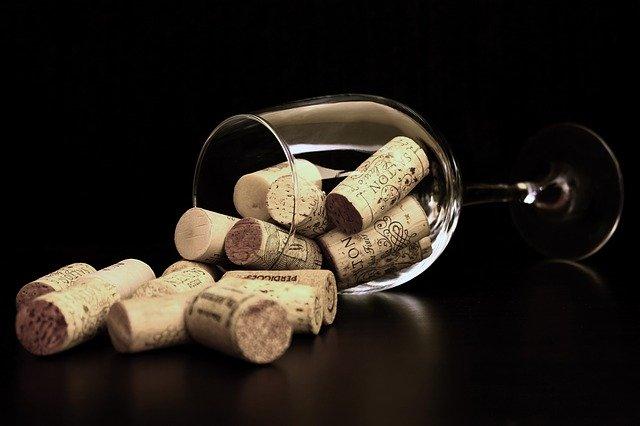 des bouchons dans un verre de vin