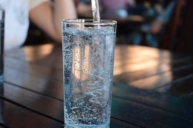de l'eau dans un verre