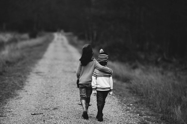 des enfants marchant sur la route