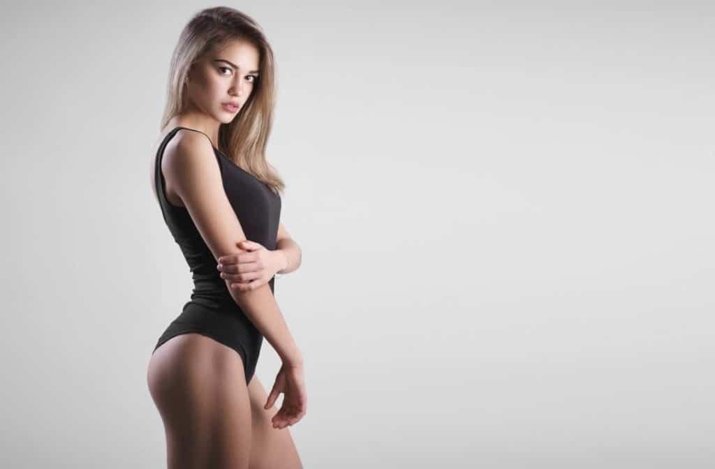 une femme en lingerie noire