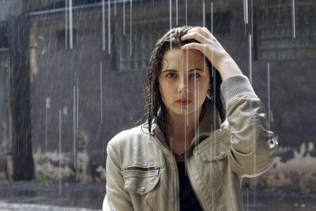 femme avec un blouson sous la pluie