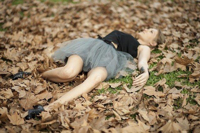 femme avec derbies sur le sol