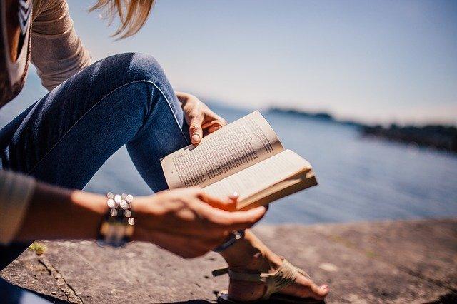 femme lisant un livre érotique